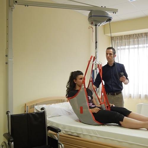 Sollevatore a bandiera per trasferire un paziente dal - Camera da letto per disabili ...