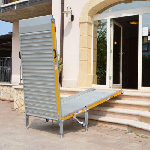 rampa per disabili di accesso mobile a ponte